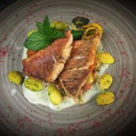Spalt, Niemcy: Kross gegrillter Znder an Proseccoschaum mit mediterranem Gemüse und Bärlauchgnocchis