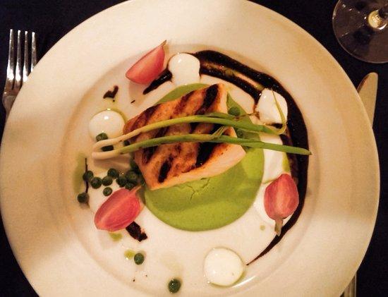 Saint Peters Bay, Kanada: Halibut, green pea puree, tarragon oil tossed green peas, grilled green onion, black garlic pure