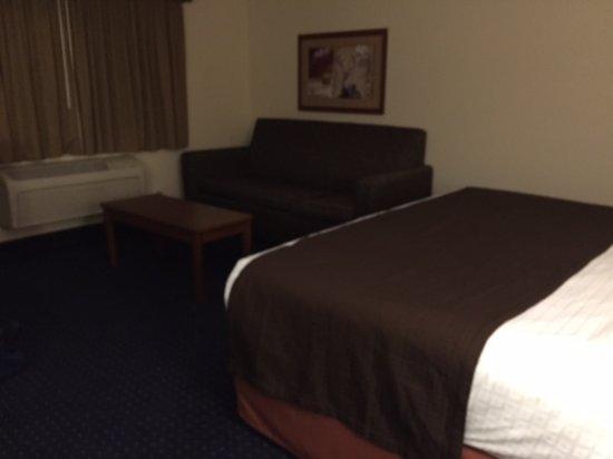 AmericInn Lodge & Suites Cedar Rapids Airport : King Room sofa and coffee table