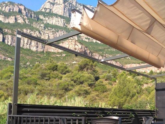 Pont del Gat Restaurant: Terraza exterior con vistas a la montaña