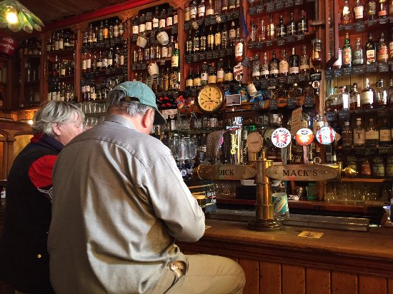 Greystones, Irland: The bar part of Dick Mack's