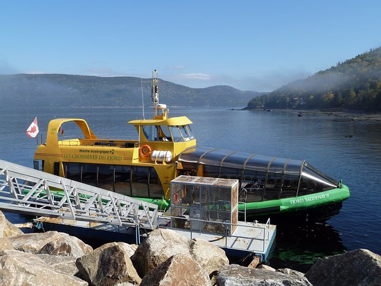 L'Anse-Saint-Jean, Canadá: Sightseeing ferries for the Saguenay Fjord dock near the Cafe du Quai