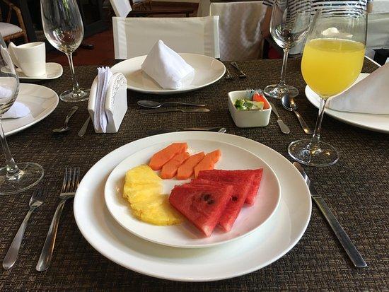 Centro Hotel: Área do café da manhã,bem iluminado.