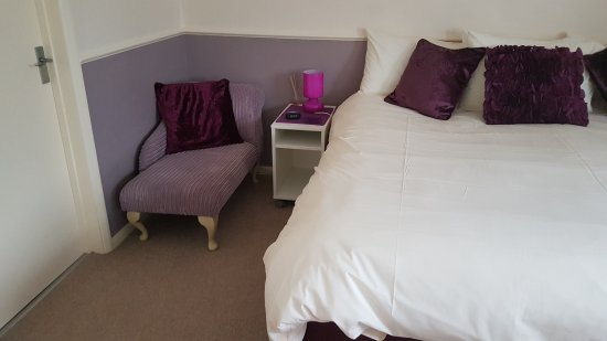 Stoke Bruerne, UK: Bedroom area with no Wardroble or chest of drawers