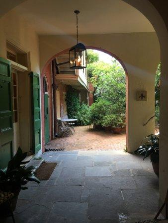 Soniat House: Walking thru the main door off the street towards lobby