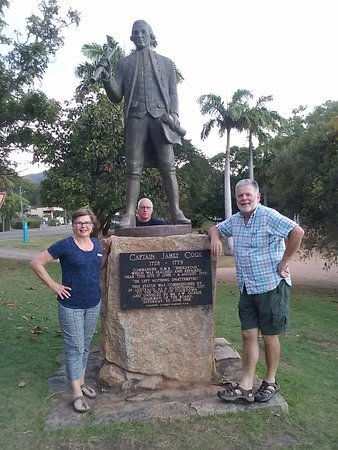 """Cooktown, Avustralya: Capt Cook monument - engraved """"He left nothing un-attempted"""""""