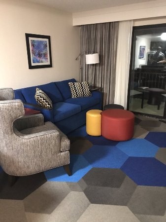 Hampton Inn and Suites Los Angeles - Anaheim - Garden Grove: Adorable and cheerful living room of the suite.