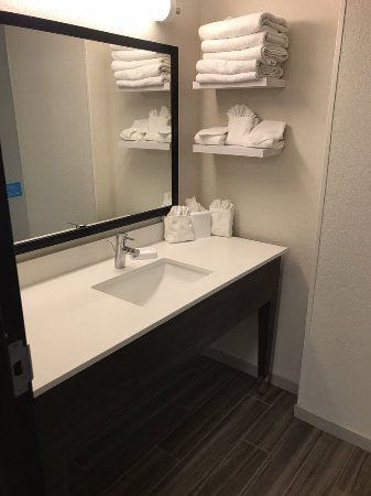 Hampton Inn and Suites Los Angeles - Anaheim - Garden Grove: Modern bathroom with plenty of towels.