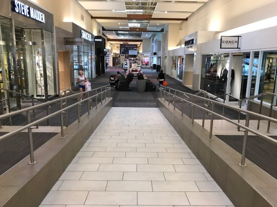 Grapevine Mills : Corredores do shopping