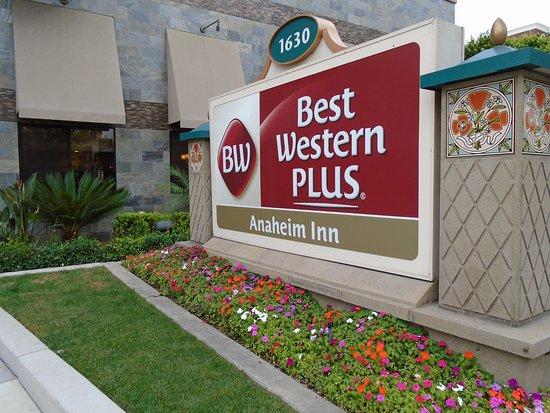 Best Western Plus Anaheim Inn: entrance sign