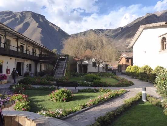 Sonesta Posadas del Inca Yucay: Hotel Grounds with Mountain Background