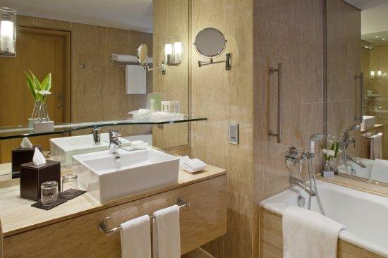 Holiday Inn Bangkok Silom: Guest Bathroom