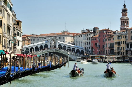 Venice: Private Serenade Gondola Tour...