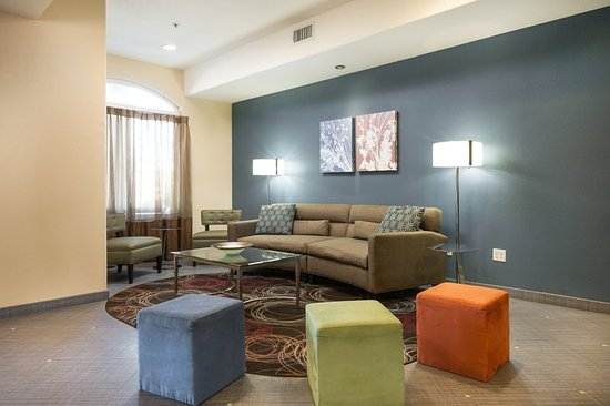 Chowchilla, CA: Relax in our comfortable Hotel Lobby
