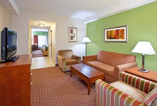 Holiday Inn Express & Suites Niagara Falls: Executive Suite   2 queen beds with pull out couch and 2 tvs