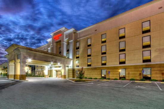 Cookeville, TN: Hotel Exterior at Night