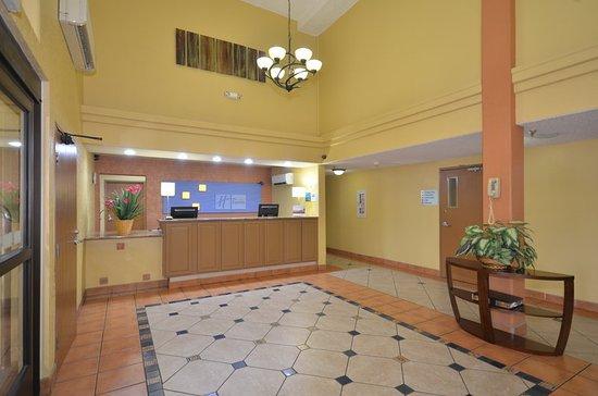 Holiday Inn Express Santa Fe - Cerrillos: Hotel Lobby