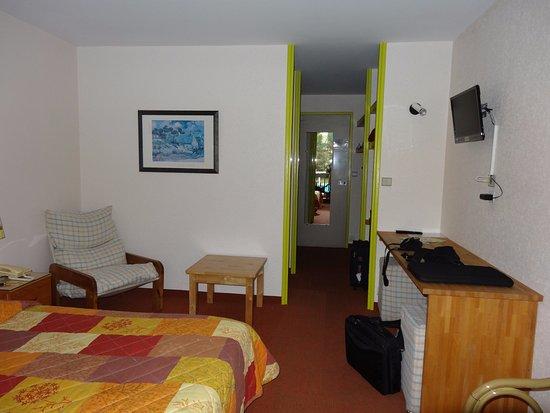 Le Logis des Cordeliers Hotel: Chambre côté entrée
