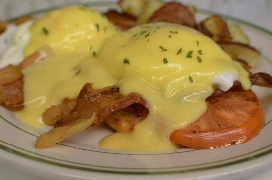 Mashpee, MA: Maple Bacon Benedict