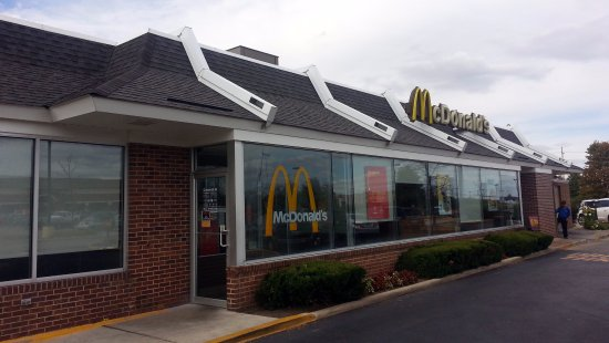 Algonquin, IL: Entrance to McDonald's from parking lot