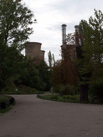 The Botanical Garden (Gradina Botanica): La bruyante et laide centrale qui surplombe le parc