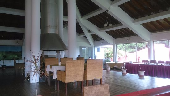 Orchid Lake Resort: Spacious restaurant overlooking the lake