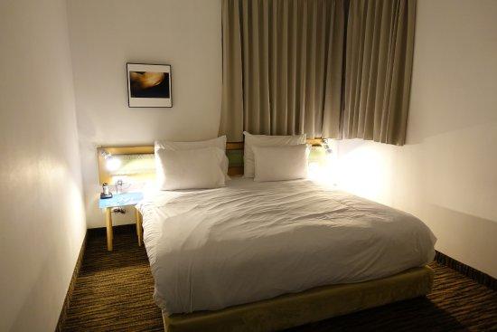 The Diaghilev, LIVE ART Suites Hotel: Lieblos eingerichtetes Schlafzimmer