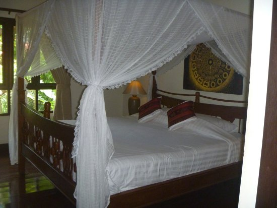 Baan Orapin Bed and Breakfast: Upstairs suite with four poster bed.