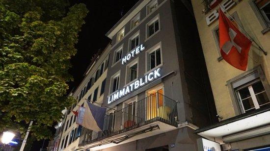 Hotel Limmatblick: ホテルの1Fはカフェで、レジとホテルの受付が同じところです。