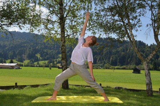 Best Western Plus Hotel Alpenhof: Yoga im Panorama-Garten