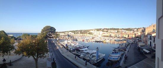 Hotel Le Liautaud: Vanop het terras uitzicht op haven rechts.