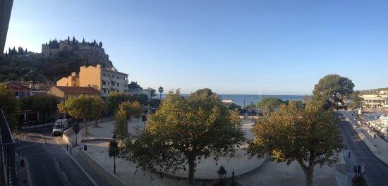 Hotel Le Liautaud: Vanop terras uitzicht op kasteel links en strand vooraan.