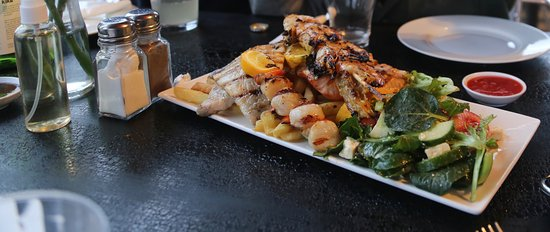 Franklin, Αυστραλία: Grilled Seafood Platter of Gemfish, Salmon, Scallops, Prawns, Chips & Salad $40