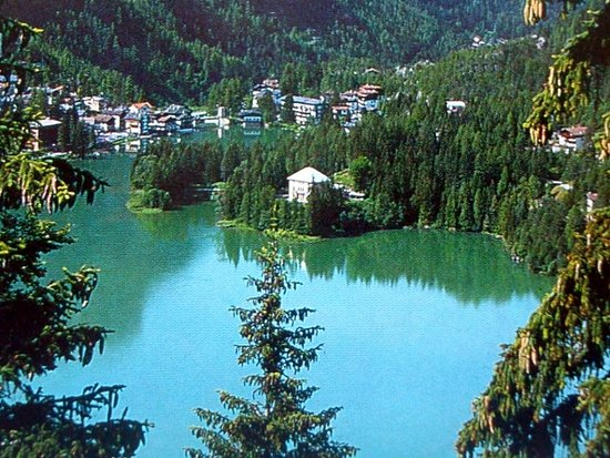 Rocca Pietore, Italien: La villa (al centro) sul Lago di Alleghe