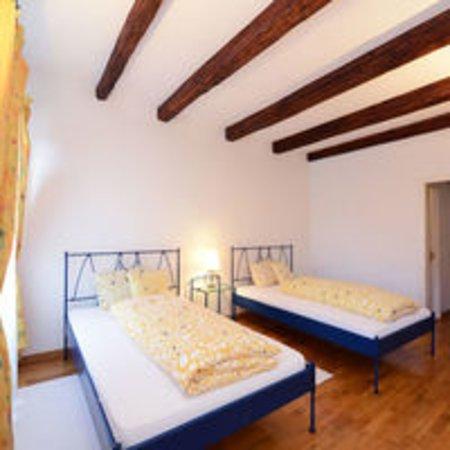 Romont, Zwitserland: Chambre avec 2 lits