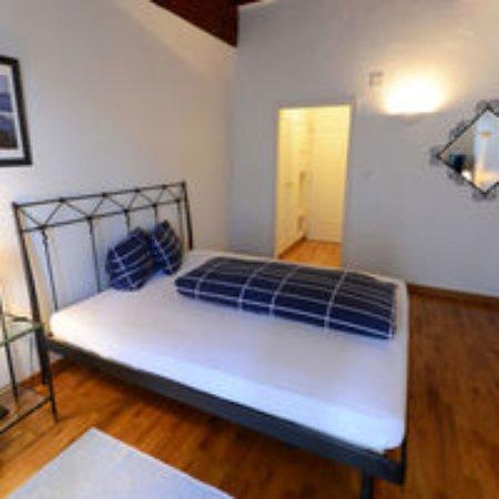 Romont, Zwitserland: Chambre avec un grand lit