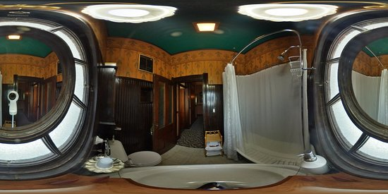 Wabash, IN: Green King bathroom (sink view)