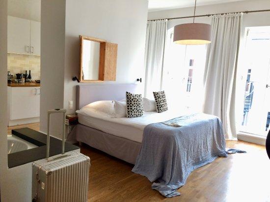 Gorki Apartments Berlin カテゴルキ3aの部屋 左手にバスタブ picture of berlin gorki