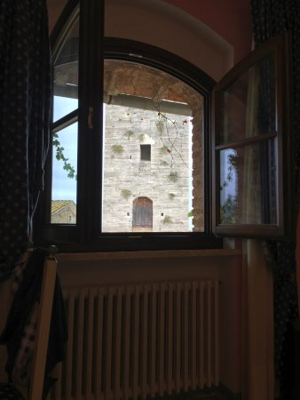 La Cisterna Hotel: Window overlooking the square