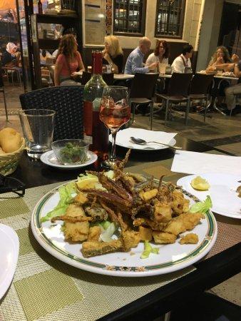 Calle Navas: Una calle llena de encanto con restaurantes típicos de España. Vale la pena visitarla