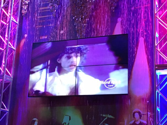 Hard Rock Cafe Mall of America: No live music, but we had purple rain instead