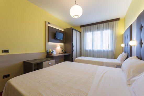 camera matrimoniale + letto singolo - Picture of Hotel Ca\'Bianca ...