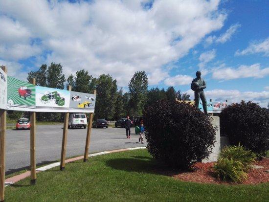 Berthierville, Canadá: la statua di Gilles all'entrata del museo