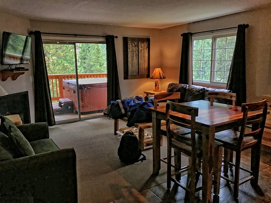 Exceptionnel Fawn Valley Inn: Living Room With Tv  Fireplace, Porch With Hot Tube And