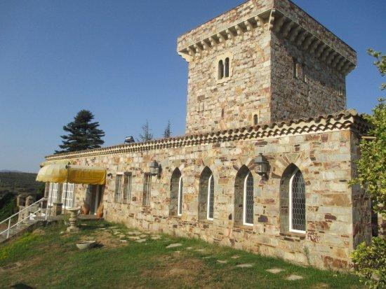 """Hotel Temple Pradorrey: A receção do hotel com a sua """"torre de menagem"""""""