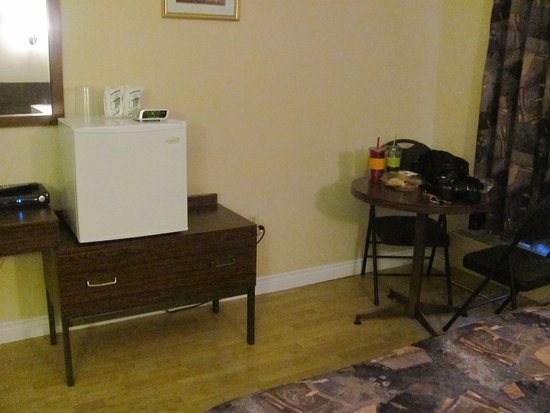 Carbonear, Canada: Table and chairs, mini fridge