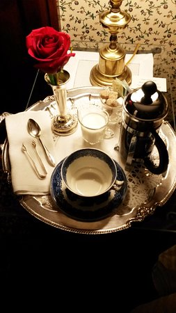 Garden Wall Inn: Coffee tray delivered before breakfast