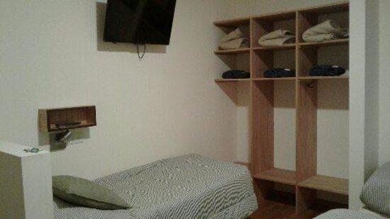 La Tosca Hostel: Habitación Nº34, tres camas y baño privado.