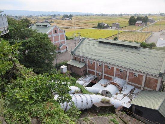 Nyuzen-machi, Japón: 喫茶室の前から美術館棟とその隣に第三発電所