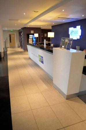 Holiday Inn Express Dundee: Front Desk